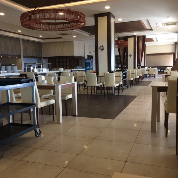 รูปภาพถ่ายที่ Ulu Resort Hotel โดย Enez G. เมื่อ 10/20/2017