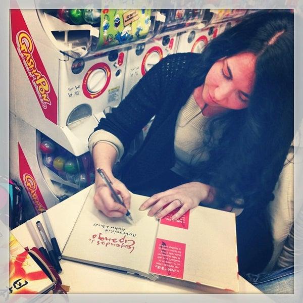 Foto tomada en Norma Cómics por Montse S. el 2/23/2013