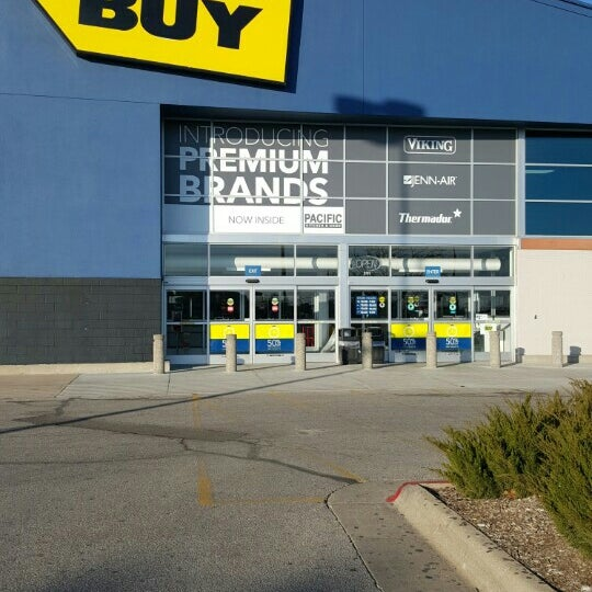 Photo taken at Best Buy by Fitz D. on 1/15/2016