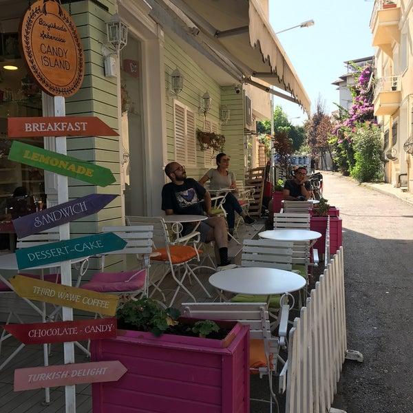Foto diambil di Büyükada Şekercisi Candy Island Cafe Patisserie oleh Sena M. pada 9/8/2017