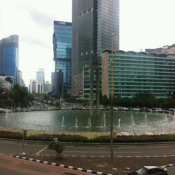 Photo taken at Bundaran Hotel Indonesia (Monumen Selamat Datang) by Irvan e. on 1/17/2017