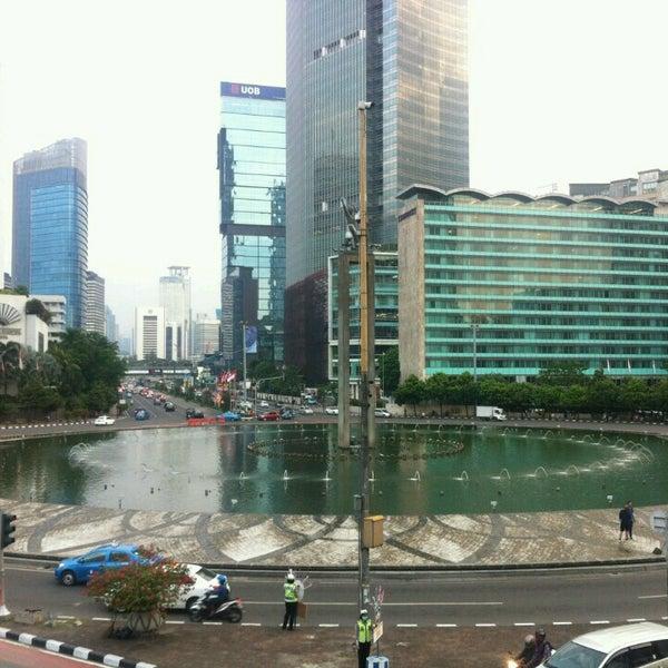 Photo taken at Bundaran Hotel Indonesia (Monumen Selamat Datang) by Irvan e. on 2/27/2017