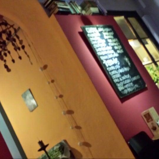 4/14/2014 tarihinde Nour M.ziyaretçi tarafından Café con Libros'de çekilen fotoğraf