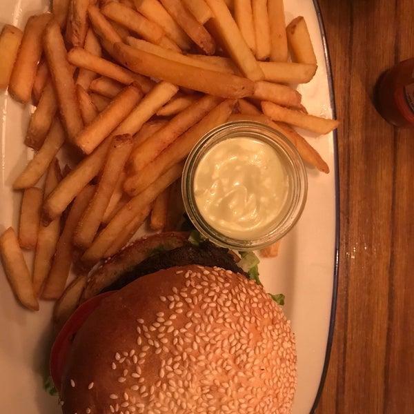 Tolle Auswahl, geschmacklich toll & und auf der Karte stand der Burger ohne Tomaten und auch auf Nachfrage wurde dieses auch verneint, der Burger kam trotzdem mit Tomaten.