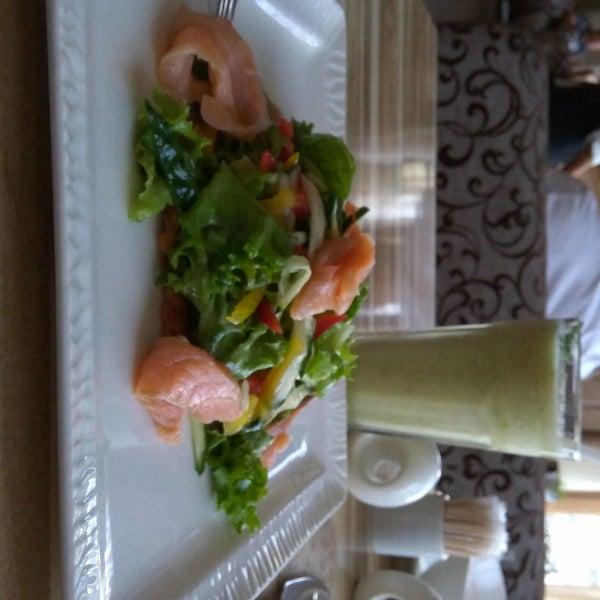 Отличное летнее меню, салаты, супы вкусно, свежо. Хорошие смузи, особенно киви/сельдерей. Приветливый персонал, детям дают раскраски. Чисто и уютно.
