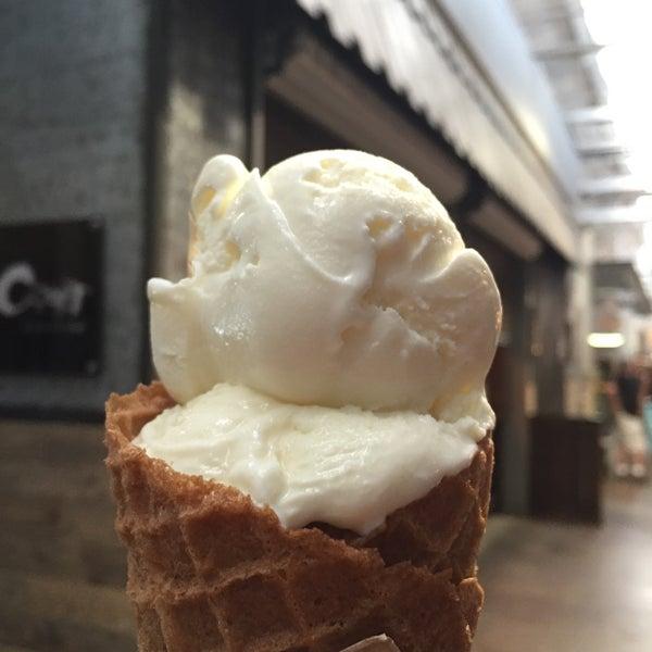 Das Foto wurde bei Jeni's Splendid Ice Creams von Jennifer M. am 7/9/2016 aufgenommen