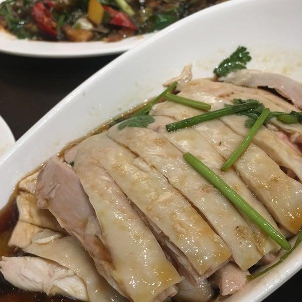 Photo taken at 五星海南鸡饭 | Five Star Hainanese Chicken Rice by Charles V. on 9/29/2016