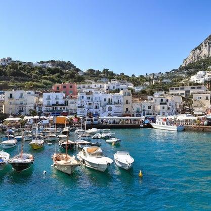 Magnifico il panorama sull'ampia insenatura di Marina Grande, il porticciolo dell'isola da dove parte la funicolare che in dodici minuti sale al paese di Capri.