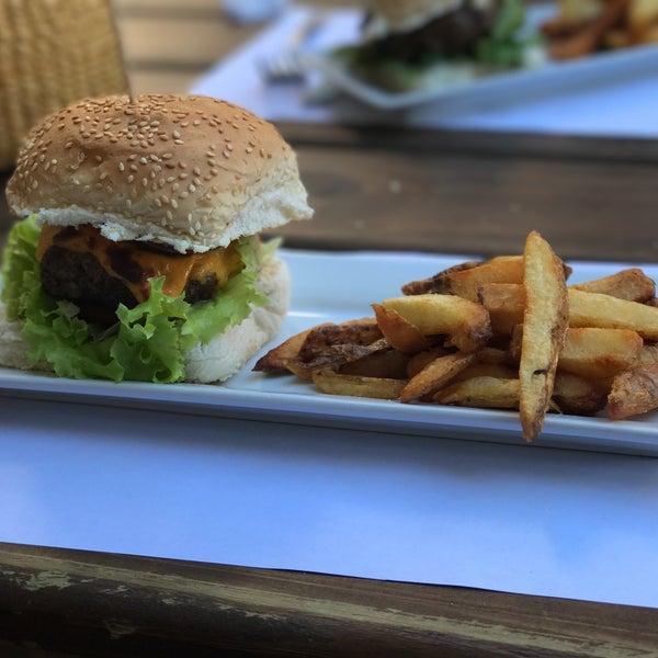 Excelente atención. Todo muy rico, las hamburguesas son excelentes con papas rústicas y una limonada recién hecha