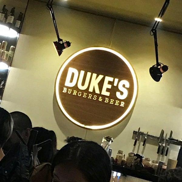Foto tomada en Duke's Burgers & Beer por Markcore G. el 5/6/2018