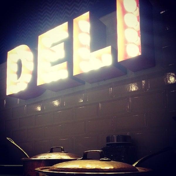 4/19/2014 tarihinde Ugur A.ziyaretçi tarafından Manuel Deli & Coffee'de çekilen fotoğraf