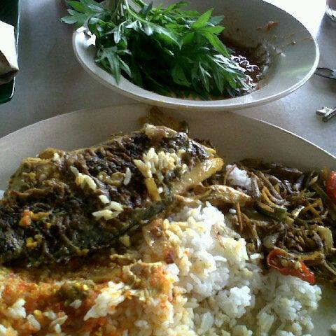 Photo taken at Restoran Sambal Hijau by Hanim R. on 12/22/2012