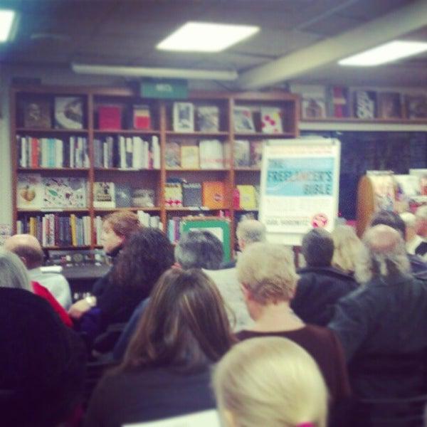 Foto tirada no(a) Politics & Prose Bookstore por Joy A. em 2/9/2013