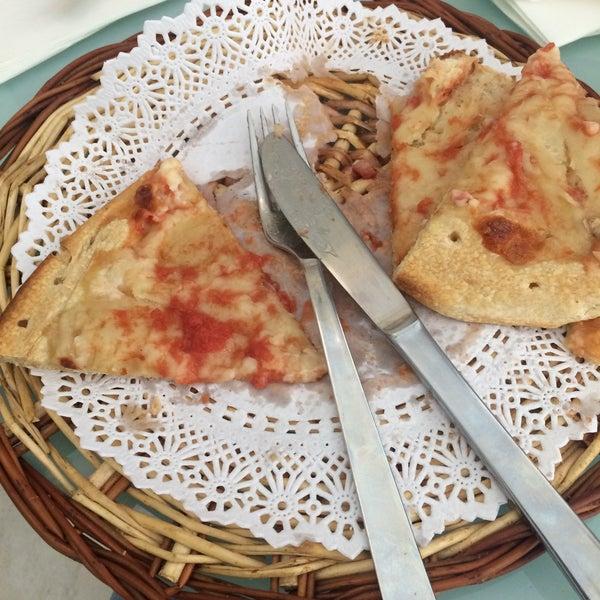 Los nachos. La pizza esta cruda. No te la sirven en un plato sino en una cesta de mimbre con un papel que se deshace.