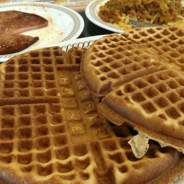 Photo taken at Waffle House by Jeff ジェフ on 8/4/2016