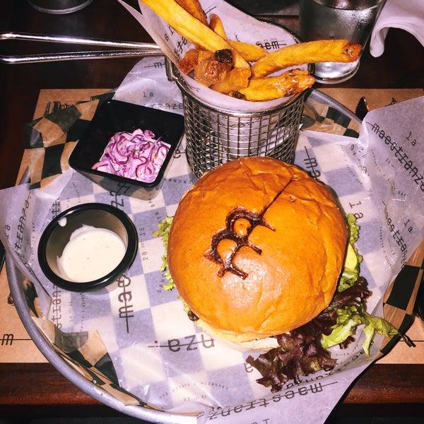 Muy buen ambiente/decoración. Los platos tienen una presentación muy creativa. La hamburguesa vegetariana no es muy buena; mala consistencia y de sabor insípido.