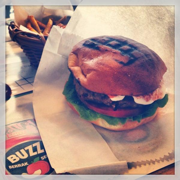 Photo taken at Biber Burger by Hande Z. on 5/10/2013