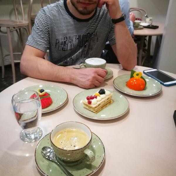 Уютная маленькая кондитерская европейского типа, идеально для чашечки кофе или чая. Массовые пирожные очень вкусные, кофе отличный.