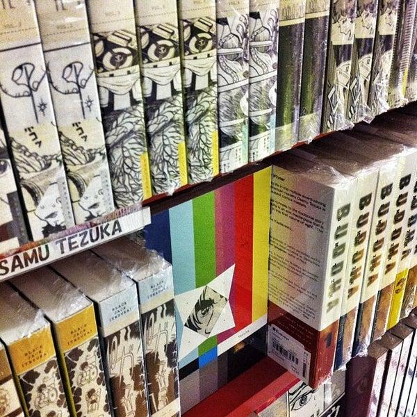 รูปภาพถ่ายที่ Kinokuniya Bookstore โดย Eduard M. เมื่อ 1/27/2013
