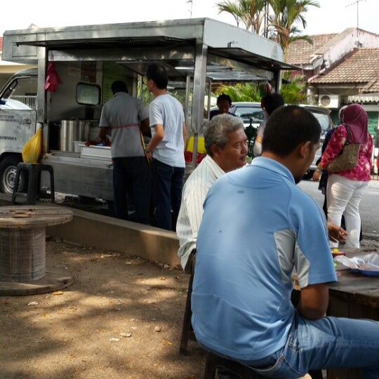 Photo taken at Cendol & Rojak Taman Bahagia by No N. on 5/13/2014