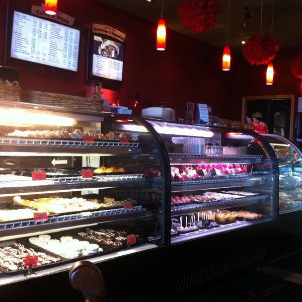 2/14/2013 tarihinde Jennifer F.ziyaretçi tarafından Argentina Bakery'de çekilen fotoğraf