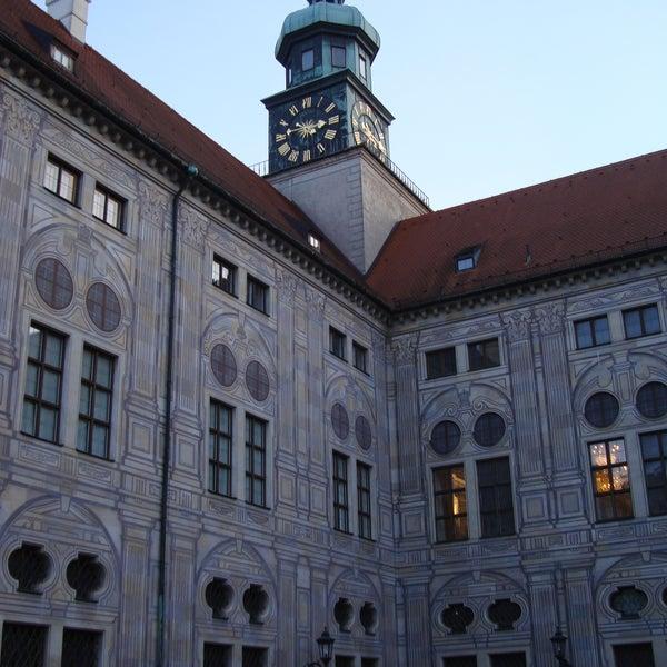 Entra anche solo per guardare i cortili della struttura. Visita gli interni e il tesoro dei reali di Baviera! C'è anche una piccola chiesa con entrata a est.