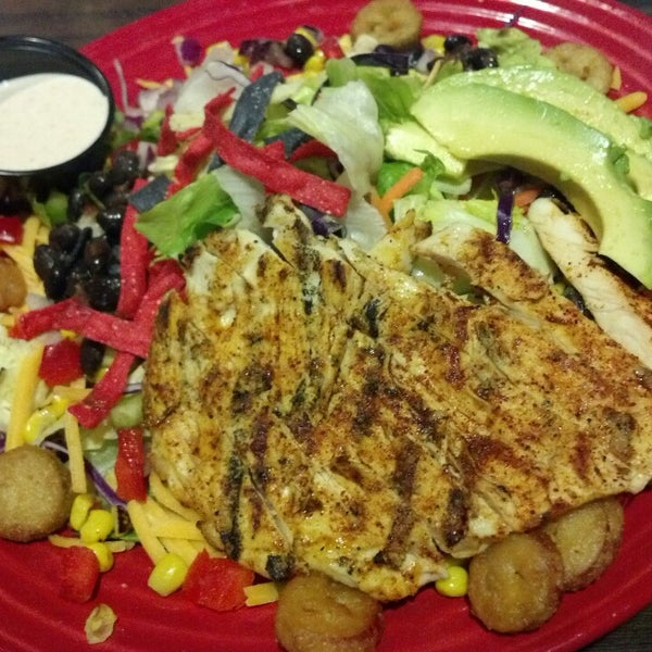 Photo taken at Red Robin Gourmet Burgers by LoG S. on 7/9/2013