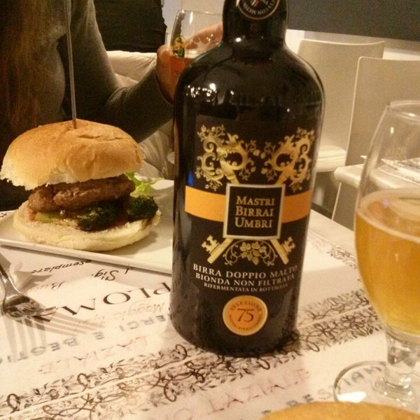 Foto scattata a QUARTO Burger & Drinks da Serena S. il 1/24/2014