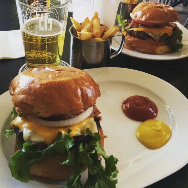 Foto tomada en Duke's Burgers & Beer por JBriseno el 3/11/2016