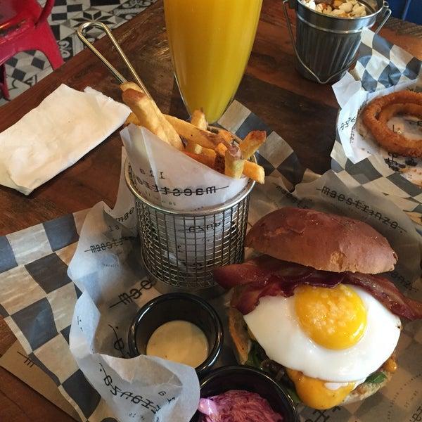 Foto tomada en La Maestranza Sandwich & Burger Bar por Javier P. el 6/14/2016