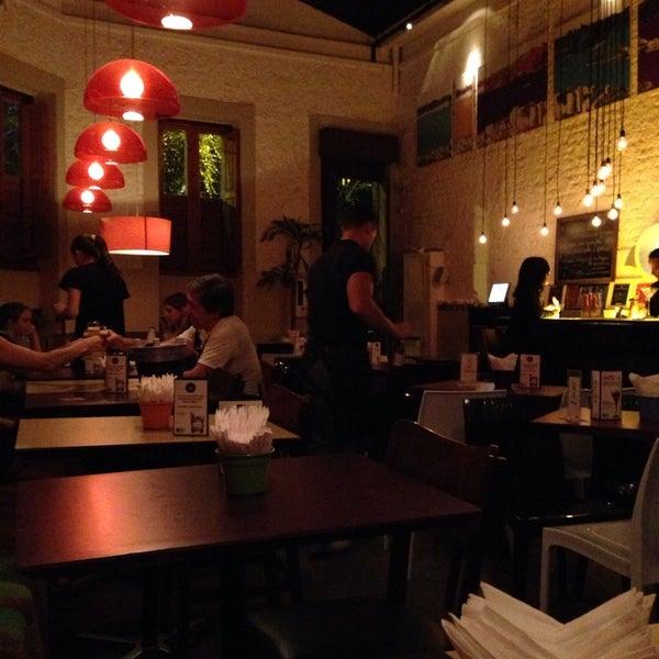 Foto tirada no(a) Meza Bar por Leonardo A. em 10/26/2013