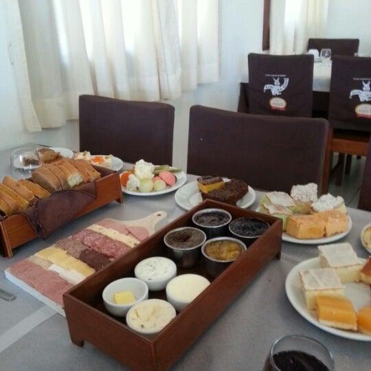 Foto tirada no(a) Coelho Café Colonial por Cláudio L. em 12/23/2012