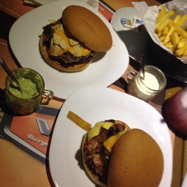 Foto tirada no(a) V8 Burger & Beer por Camila O. em 2/7/2014