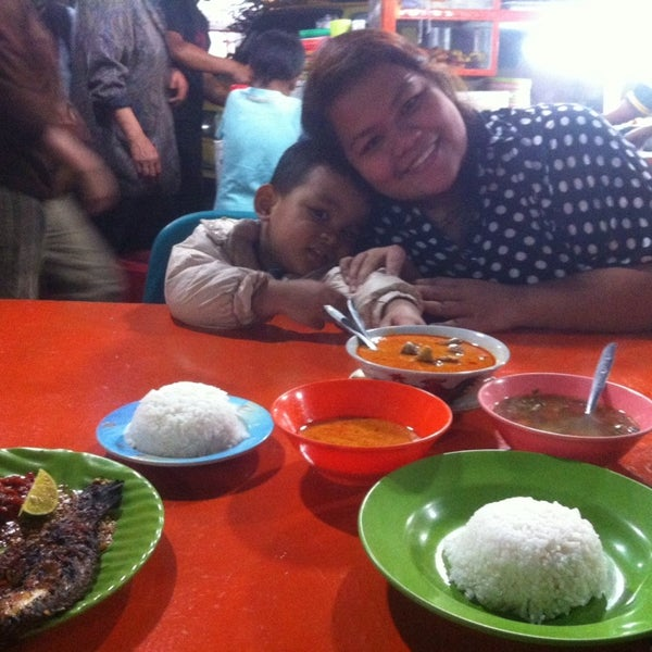 Photo taken at Pasar kaget berastagi by Budi Setiawan G. on 8/9/2014