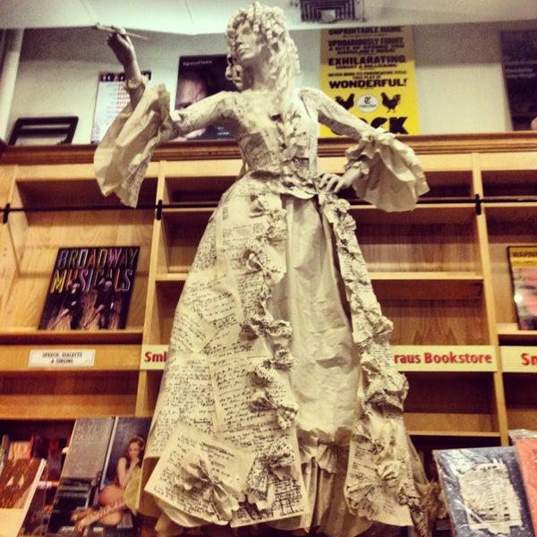 Foto tomada en Drama Book Shop por Ozlem C. el 6/25/2013