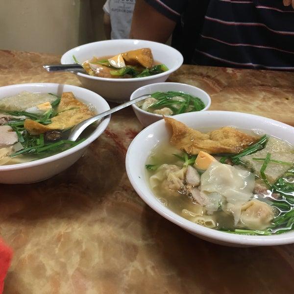 Photo taken at Mì Vằn Thắn Đinh Liệt by CassieGaga on 9/25/2016