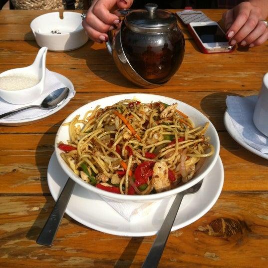 Достойный sea view рестик с отлично работающим wifi и хорошей кухней. Большое меню пасты, десерты. На фото mixed grilled noodles.
