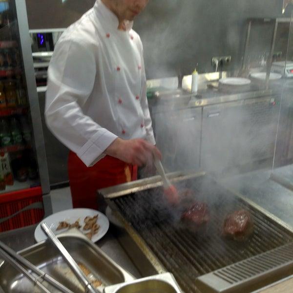 Открытая кухня красиво и вкусно готовят