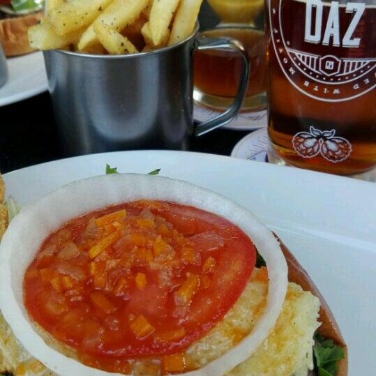 Foto tomada en Duke's Burgers & Beer por Aremy Y. el 11/27/2016