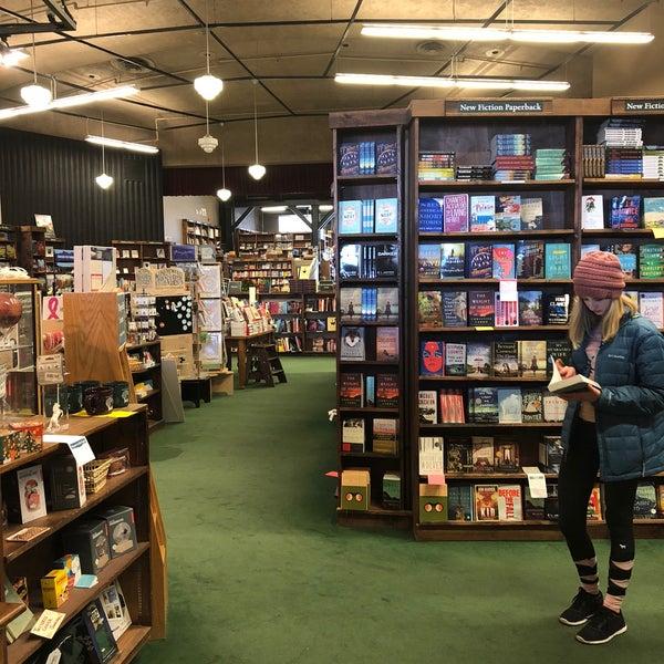 รูปภาพถ่ายที่ Tattered Cover Bookstore โดย Melissa D. เมื่อ 12/28/2017