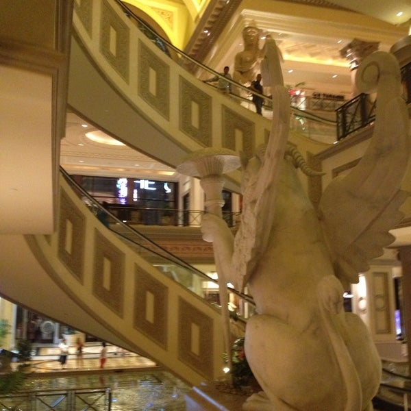 Photo taken at Caesars Palace Hotel & Casino by Rudy on 5/29/2013