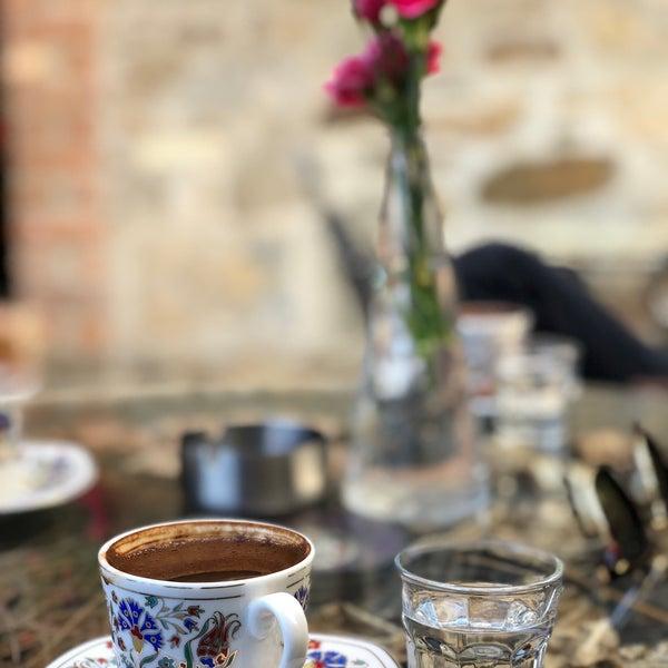 Foto tomada en Üzüm Cafe por Gizem K. el 4/23/2018