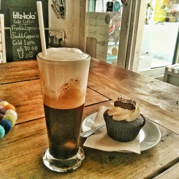 Cold Freddo cap was nice and strong. Tasty choc/vanilla/blueberry cupcake. 7€ all in. Free WiFi +1