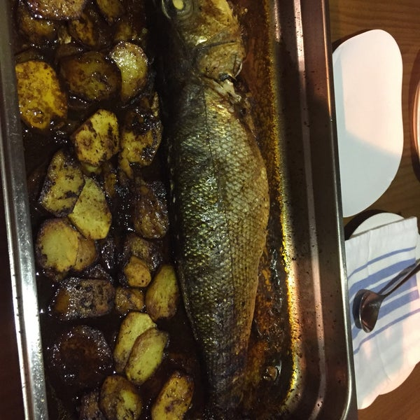 Por una lubina ración de 4 nos cobran 175€!!!! Ojito con los pescados de mercado. Un robo a mano armada.