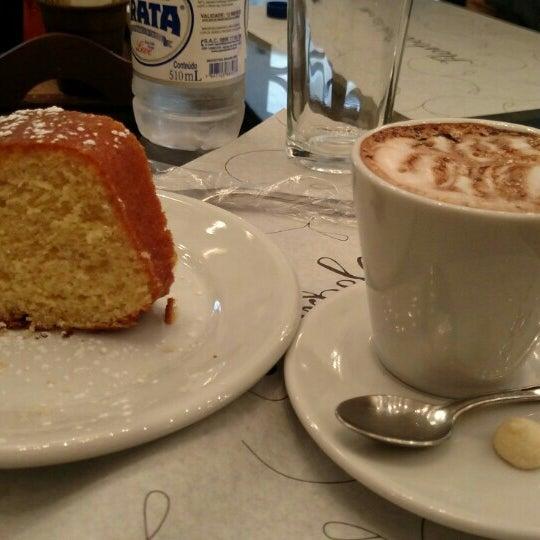 Foto tirada no(a) Florbela Café por Alexandre C. em 5/30/2015