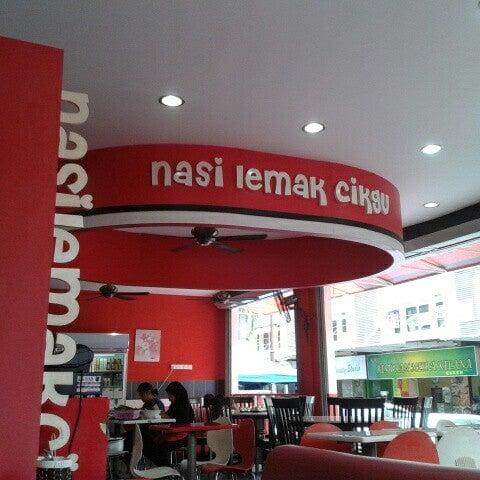 Photo taken at Nasi Lemak Cikgu by Nizam A. on 11/3/2012