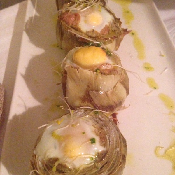 Buenísimo las alcachofas con foie y huevos de codorniz. El aceite que utilizan es de olivos centenarios y ecológico, una delicia...