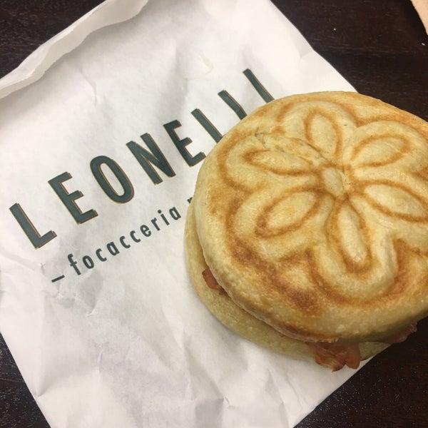 Foto tomada en Leonelli Focacceria E Pasticceria por Adrienne R. el 8/1/2018