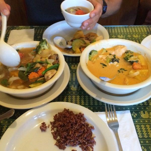 Foto tomada en Naung Mai Thai Kitchen por Julia B. el 9/22/2015