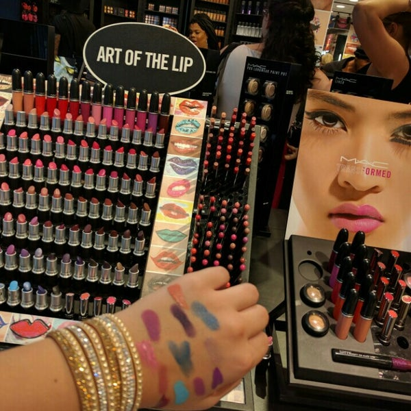 Photo taken at MAC Cosmetics by Donatella R. on 7/9/2016
